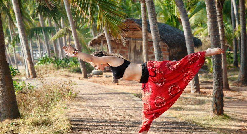 Frau beim Yoga in Südindien
