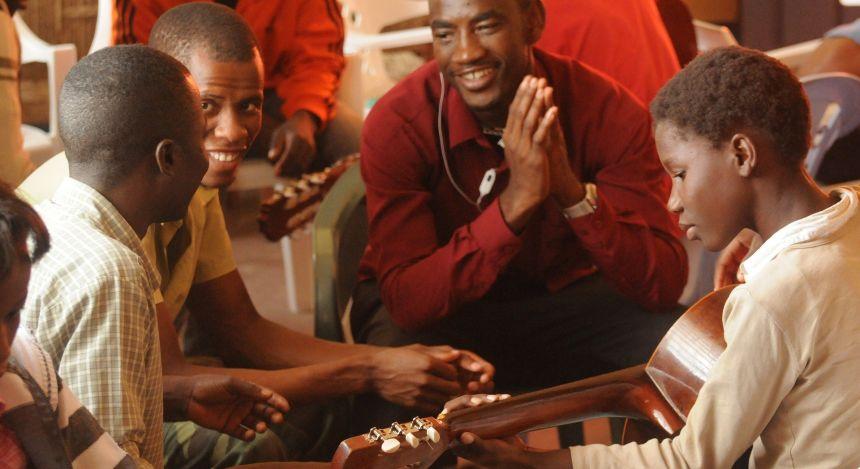 Menschen in Mosambik beim Musik spielen