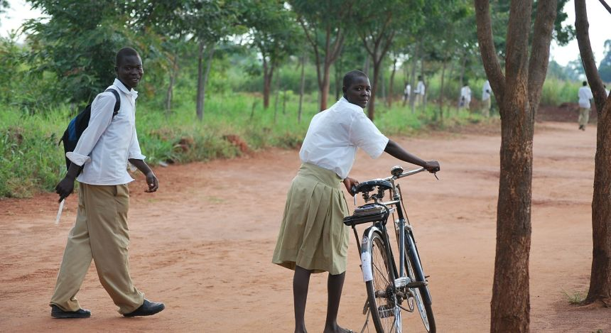 Schüler auf dem Weg zur Schule in Uganda