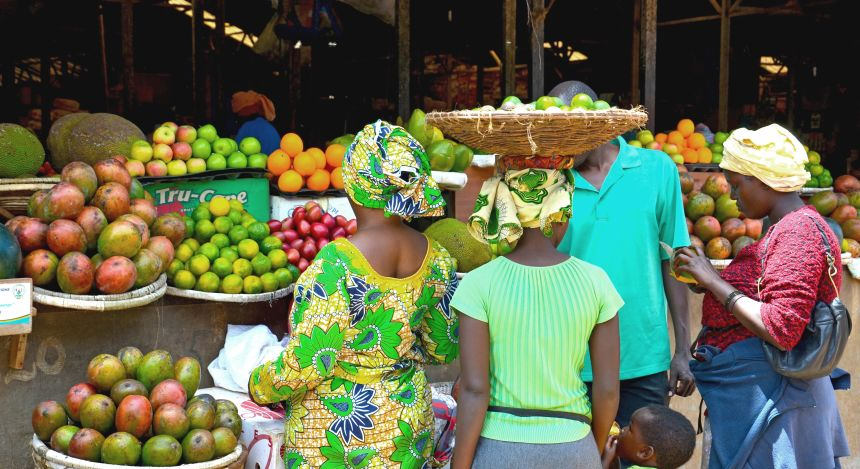 Frauen auf einem Markt in Ruanda