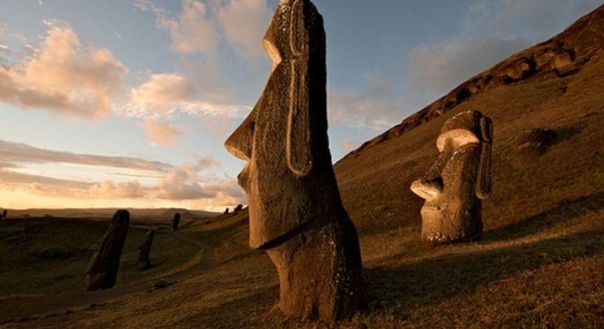 Mehrere Moai-Statuen auf der Osterinsel Rapa Nui in Chile