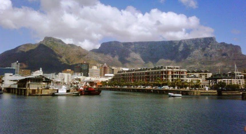 Hafenpromenade vor Bergkulisse
