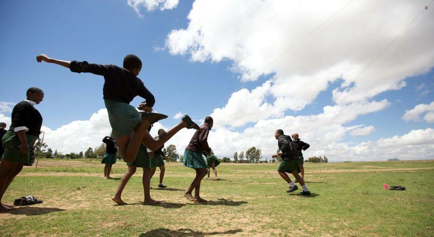 Jungs beim Fußball spielen in Lesotho