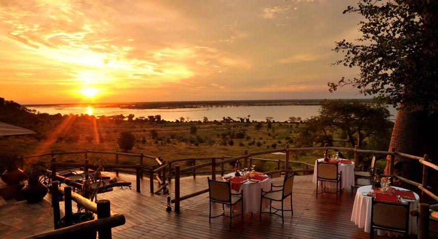 best time to visit Botswana- Beste Reisezeit Botswana: Sonnenuntergang in einer Safari-Lodge
