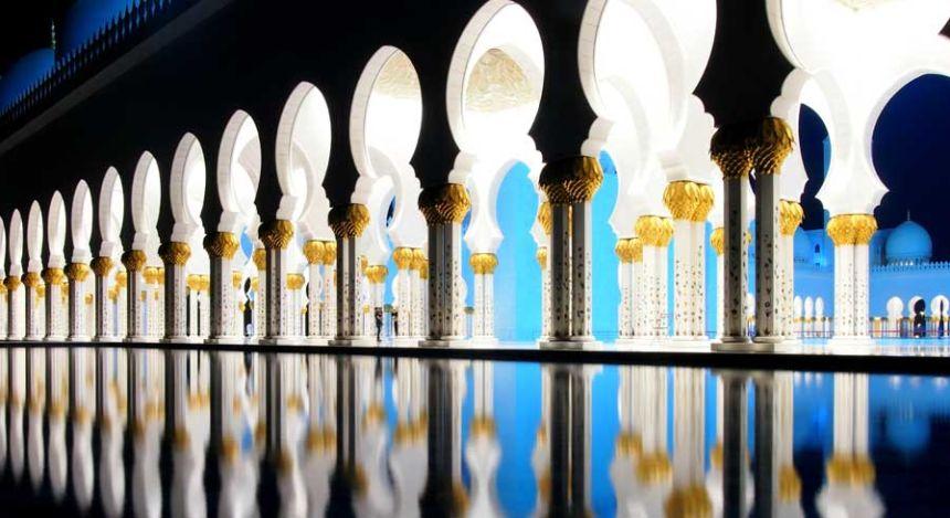 Bogenfenster in der Scheich-Zayid-Moschee in Abu Dhabi