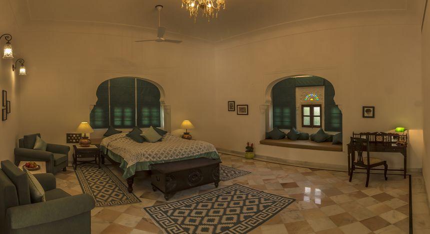 Großes Schlafzimmer im Boutique-Hotel Devshree in Deogarh, Indien