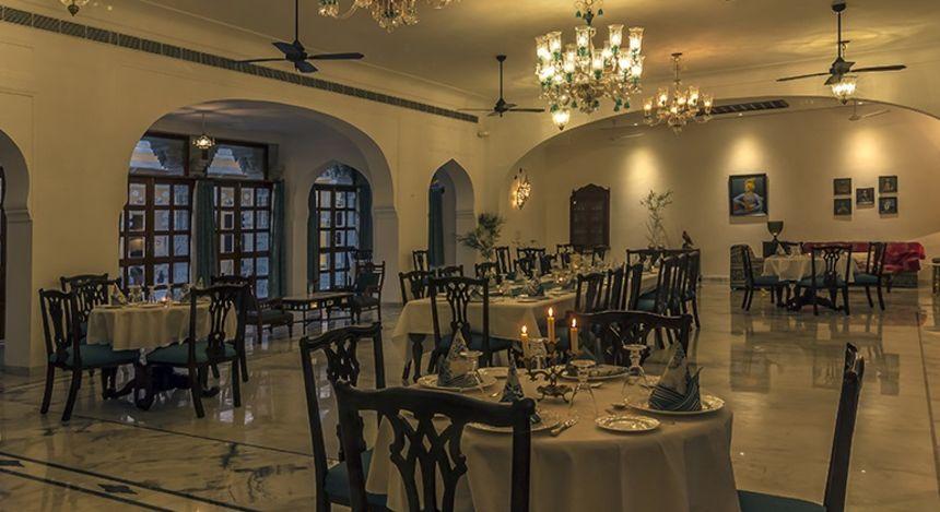 Eleganter Speisesaal im Boutique-Hotel Devshree in Deogarh, Indien
