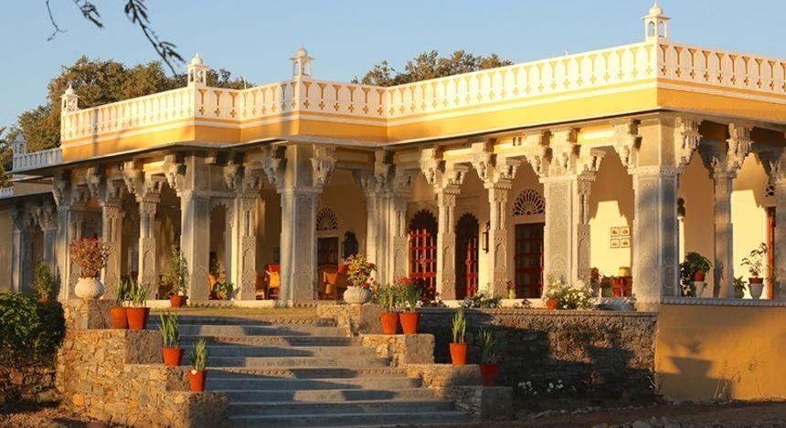 Majestätische Außenfassade vom Boutique-Hotel Devshree in Deogarh, Indien