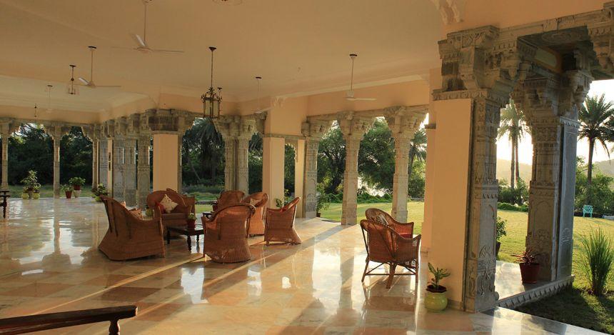 Überdachter Sitzbereich im Devshree Hotel in Deogarh, Nordindien