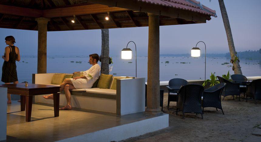 Gemütlicher Außensitzbereich im Purity Resort Hotel in Kerala, Indien