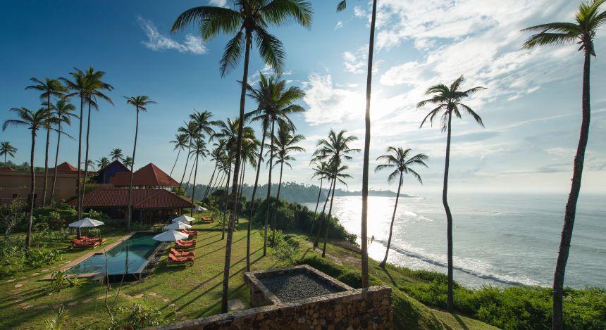 Palmen, Meer, Strand und Swimmingpool am Cape Weligama Bay Resort in Sri Lanka