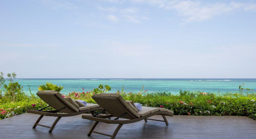 Strand und Meer auf der Terrasse vom Hotel Zawadi auf Sansibar in Tansania