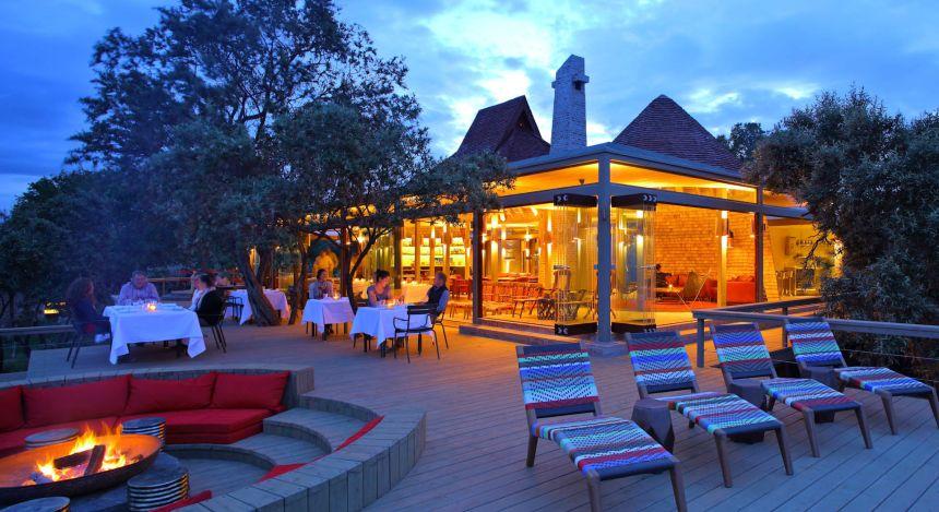 Restaurant und Liegestühle auf der Außenterrasse vom Hotel Angama Mara in Masai Mara, Kenia