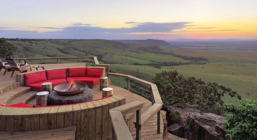 Aussichtsplattform über der afrikanischen Savanne des Great Rift Valley im Hotel Angama Mara in Kenia