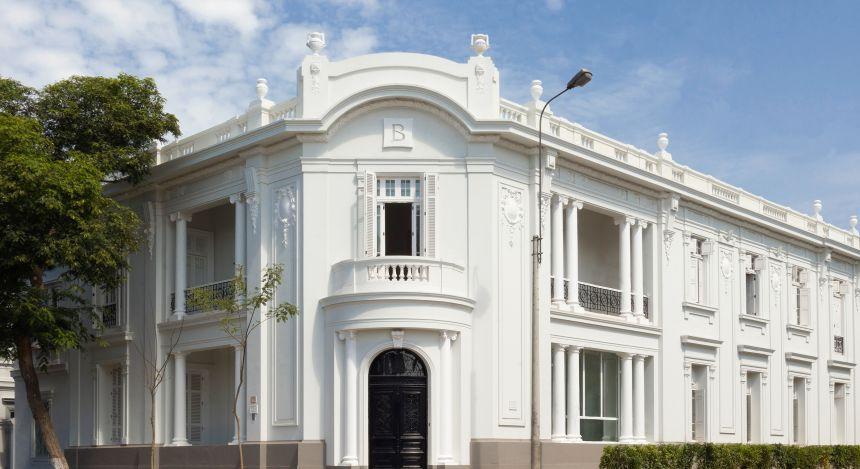 Herrschaftlicher Kolonialbau mit weißer Fassade des Hotel B in Lima, Peru