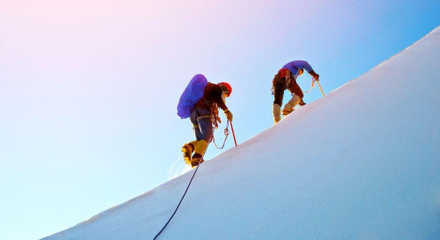 Bergsteigen durch den Schnee beim Trekking-Urlaub in Nepal