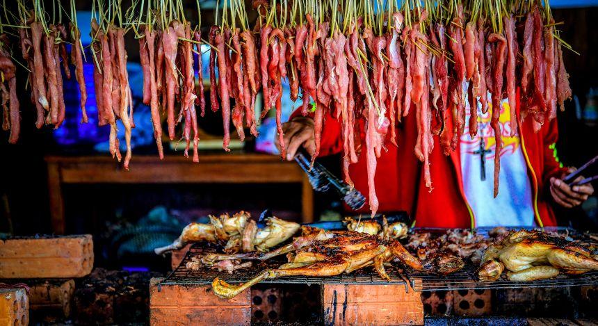 Südostasiatisches Street Food: Gegrilltes und geröstetes Fleisch in Laos