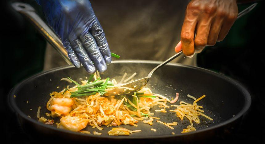 Wok mit Thai Street Food: Pad Thai-Nudeln