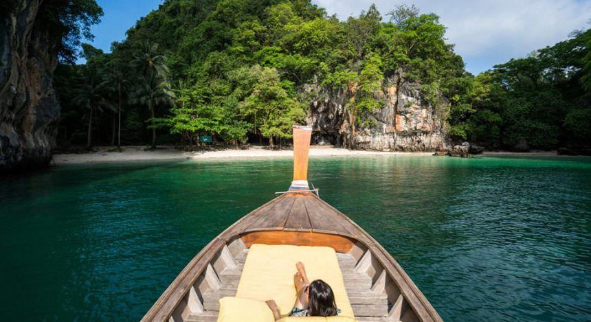Blick auf Insel vom Boot aus