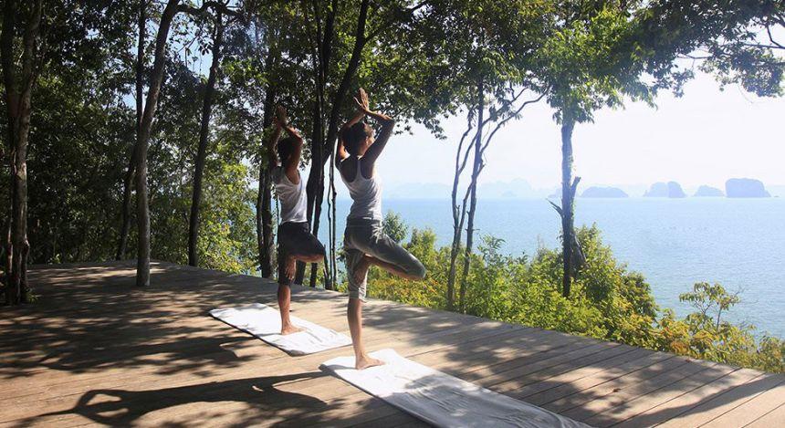 Zwei Personen machen Yoga