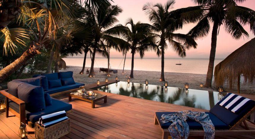 Pool auf Strand mit Palmen