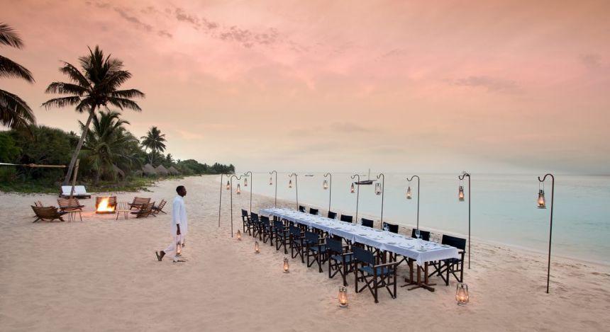 Langer Tisch für Abendessen am Strand