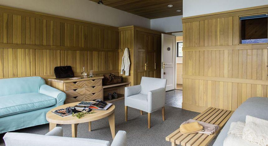 Sitzbereich und Holzmöbel