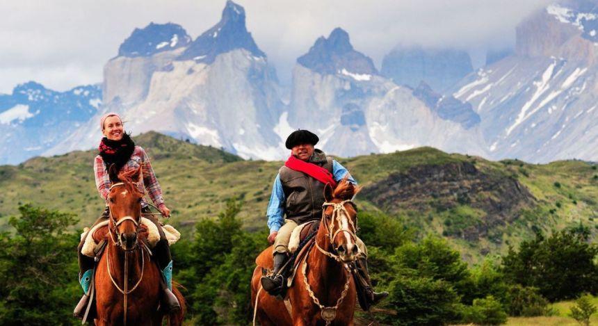 Menschen reiten durch Gebirgslandschaft