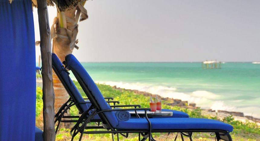 Liegestühle und Cocktails am Strand