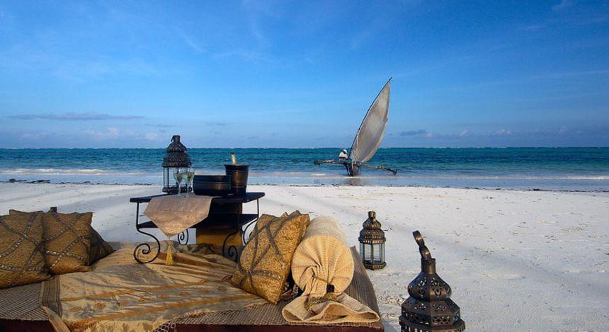 Sitzbereich und Boot am Strand