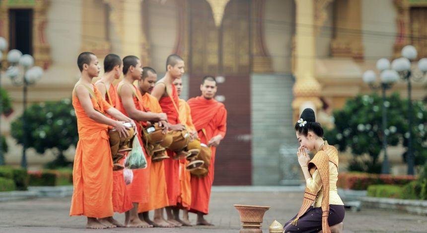 Eine Gruppe von Mönchen beim Almosengang