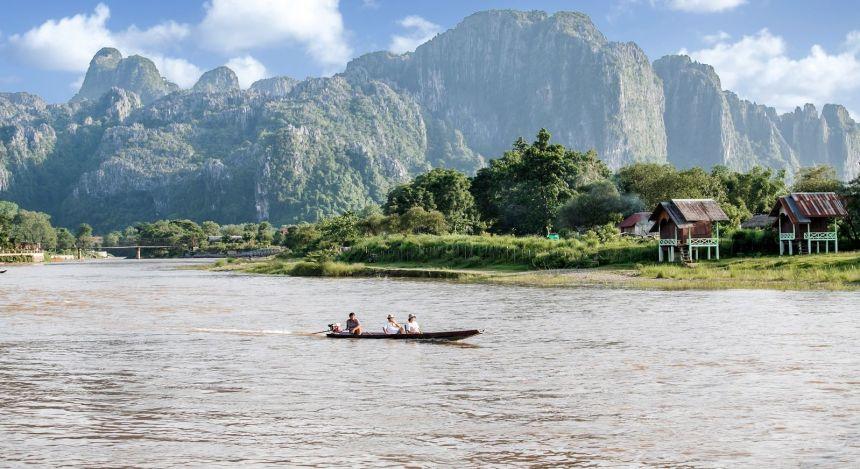 Boot auf einem Fluss vor Gebirge