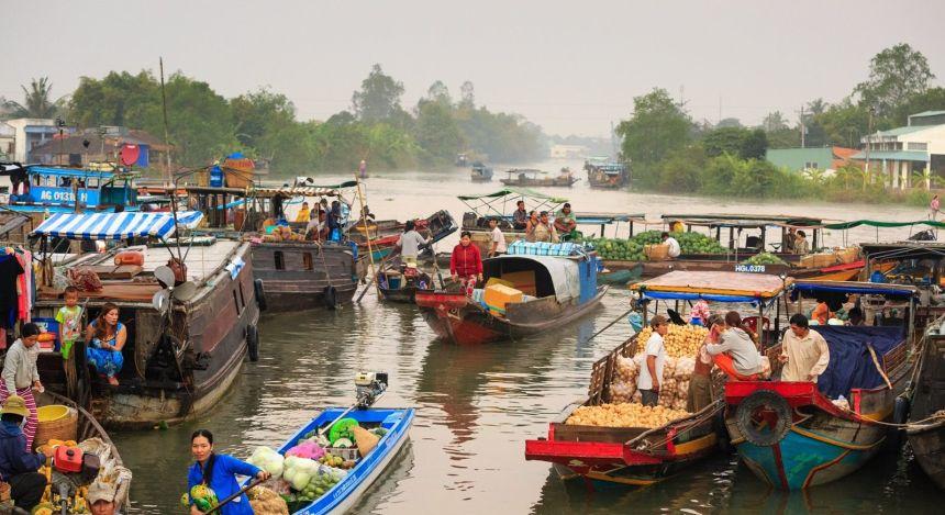 Mehrere Boote mit Händlern