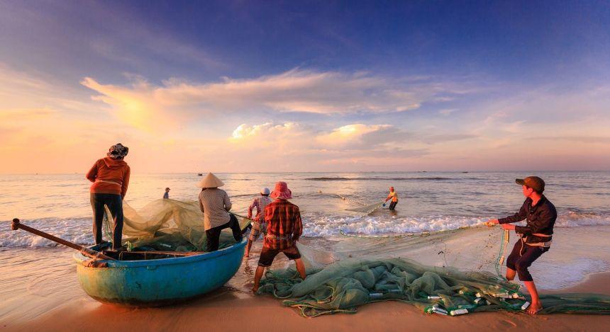 Fischer am Strand mit ihren Netzen