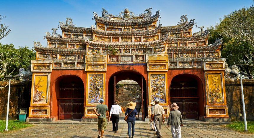 Ein reich geschmücktes Tor mit Besuchern
