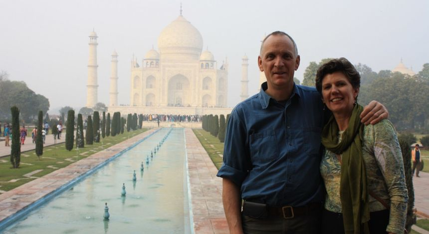 Paar umarmt sich vor Taj Mahal