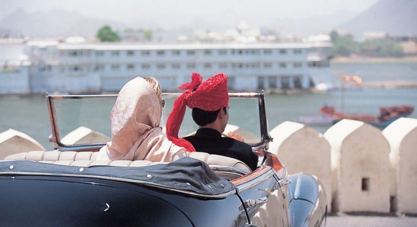 Frau im Auto mit Chauffeur