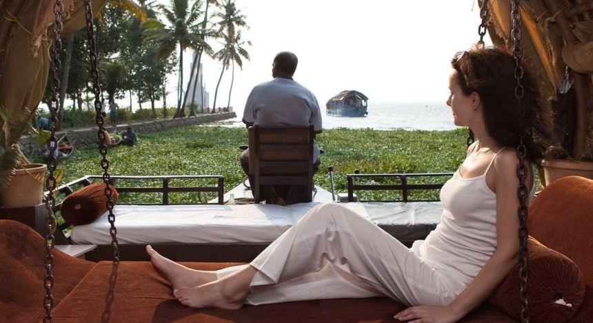 Frau entspannt auf Hausboot