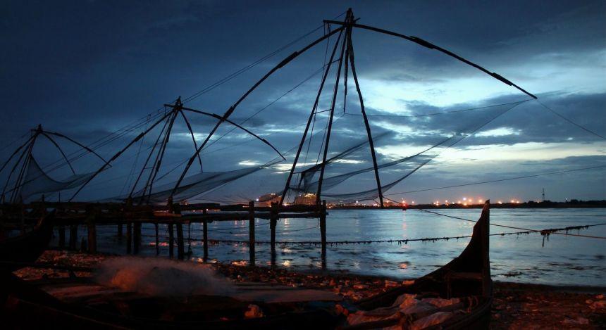 Fischernetze hängen über dem Wasser