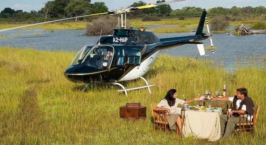 Paar am Tisch neben Hubschrauber