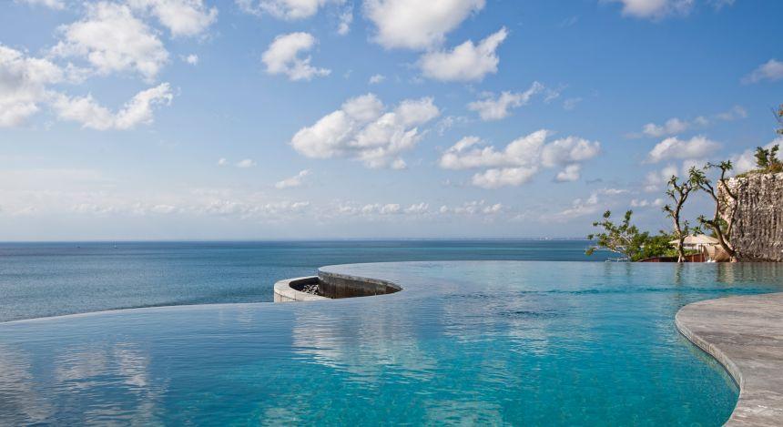 Infinitypool mit Meerblick im Anantara Uluwatu Bali Resort