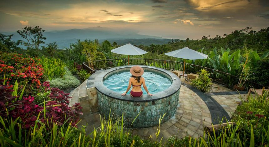 Frau sitzt am Pool des Munduk Moding Coffee Plantation Nature Resorts