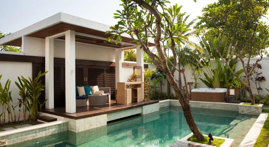 Außenterrasse mit Pool eines Pavillons im Samaya Seminyak Bali