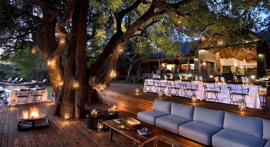 Dinnerbereich unter großem Baum