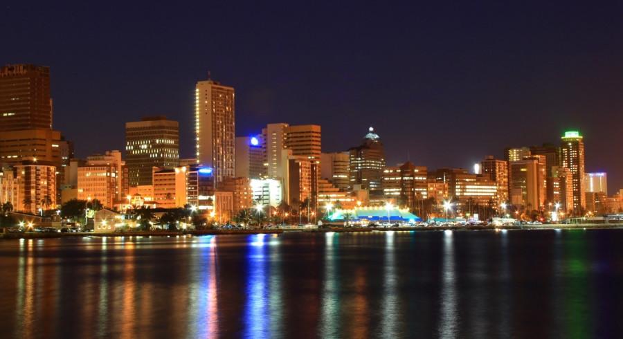 Skyline der Metropole Durban bei Nacht