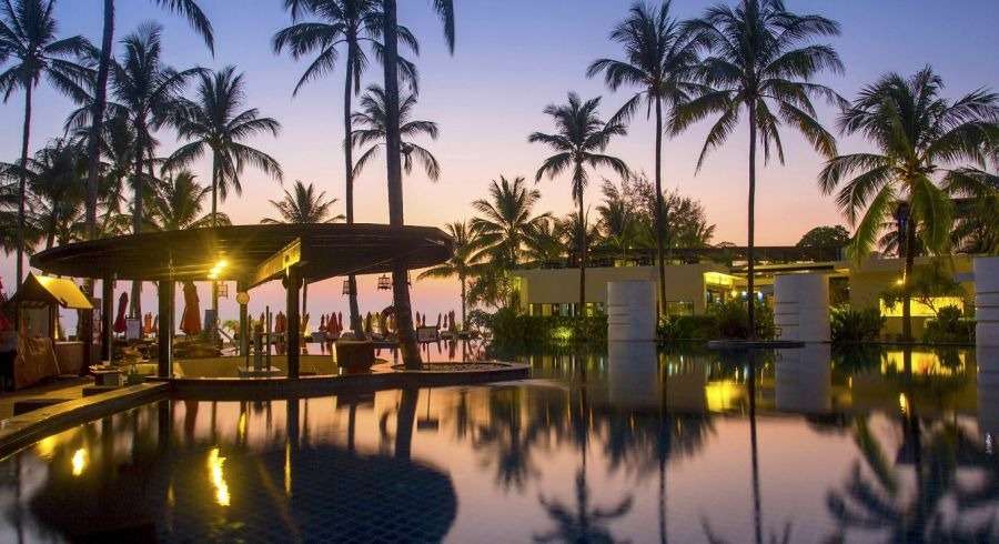 Hotel mit Pool bei Sonnenuntergang