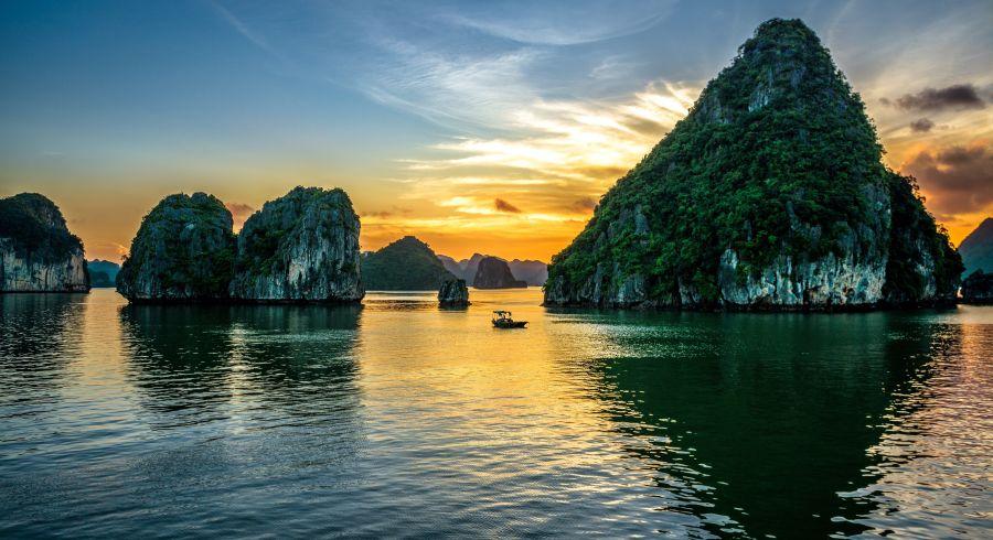 Beste Reisezeit Vietnam - Die malerische Halong Bucht ist ein Highlight auf Vietnamreisen