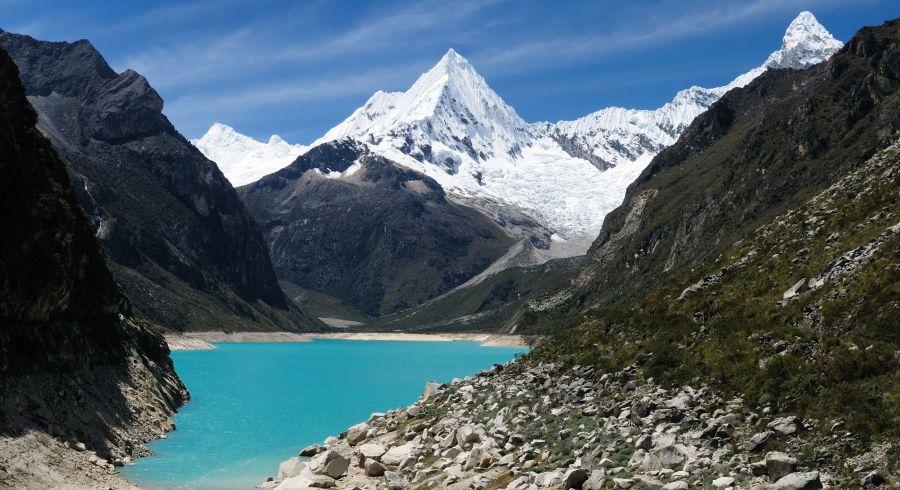 Schneebedeckte Gipfel und klarer Bergsee in Peru