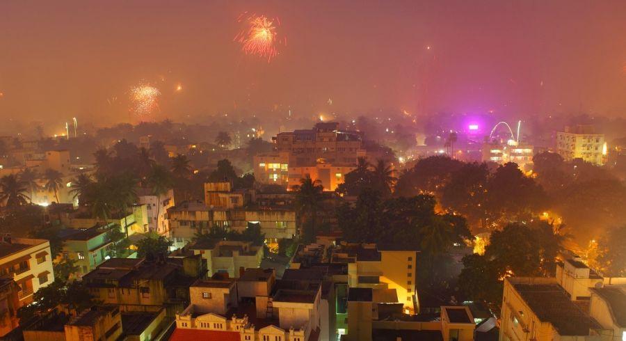 Feuerwerke tauchen die Städte in magisches Licht