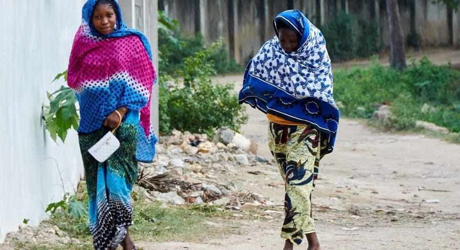 Traditionell gekleidete Frauen auf Sansibar